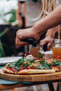 FMprofessional Pizzamesser, hochwertiger Pizzazerkleinerer, Pizzaschneider mit extra langer Edelstahlklinge, vielseitiges Multifunktionsmesser, handliches Wiegemesser (Farbe: schwarz/silber)