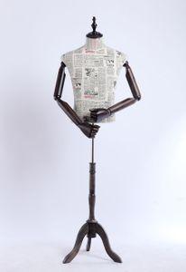 A2-G Männlich Schneiderpuppe, Zeitung Muster stoffbezogene Oberkörper mit Deckel aus Holz, Arme und Finger aus Holz beliebig verstellbar, dunkler Holzstand