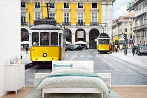 Tapeten - Fototapete - Die beiden gelben Straßenbahnen im Zentrum von Lissabon - 360x240 cm - Vinyl