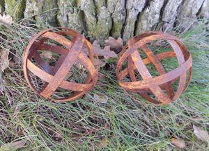Zwei Kugeln Dekokugeln aus Flacheisen Gitterkugeln massiv Rost je 10cm