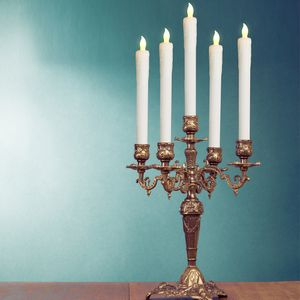 Monzana 4 LED Kerzen Stabkerzen mit Kerzenständern Glas flackernd batteriebetrieben Echtwachs Tafelkerzen warmweiß