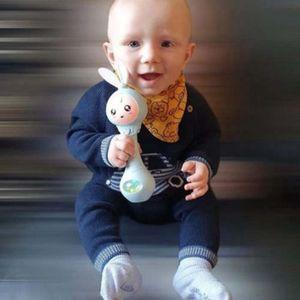 Cartoon blaues Kaninchen-Baby, das Rassel-Handglockenspielzeug schüttelt