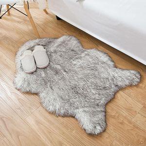 MEIYOU Teppich  Lammfell-Teppich Lang Kunstfell Schaffell Imitat | Wohnzimmer Schlafzimmer Kinderzimmer | Als Faux Bett-Vorleger oder Matte für Stuhl Sofa (Grau - 90 x 60 cm)