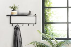 LIFA LIVING Schwarze Wandgarderobe aus Metall mit 5 Haken, Garderobe für die Wand mit Ablage, Kleiderhaken, Garderobenleiste 75 x 26 x 30 cm